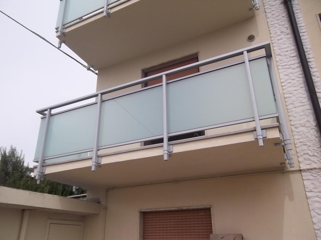ringhiera del terrazzo in vetro e alluminio