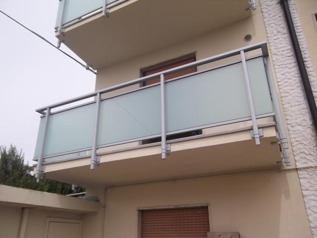 Sostituzione ringhiere in ferro dei balconi vetraria for Copri ringhiera