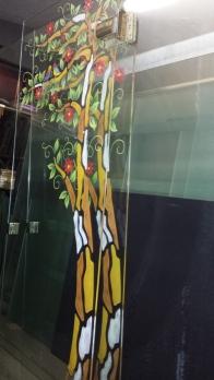 porta in vetro trasparente decorata su satinatura colorata