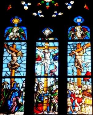 vetrata artistica di una chiesa con soggetto religoso