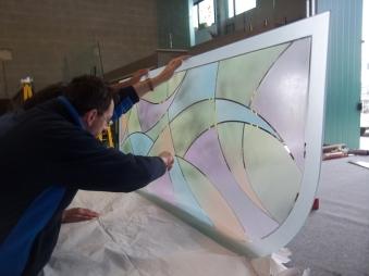 vetrata dipinta con smerigliatura e colori per divisoria