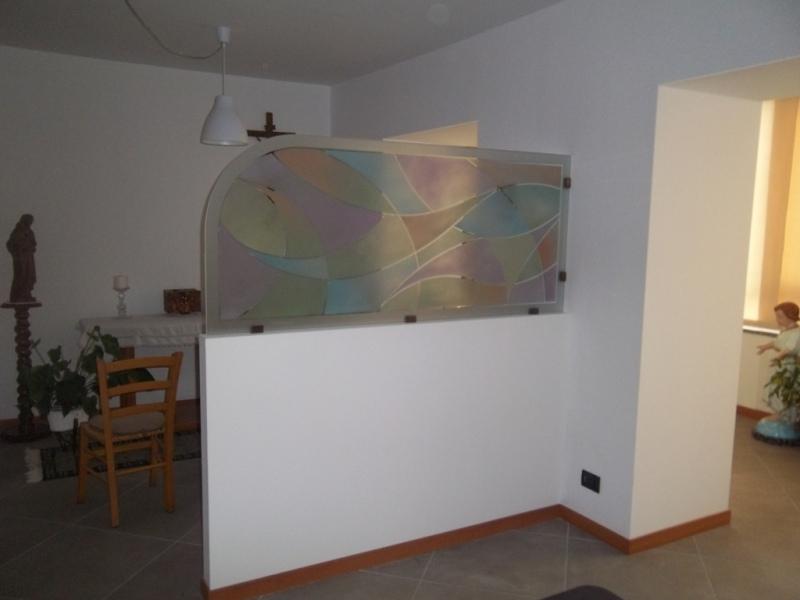 vetro smerigliato e dipinto come divisoria