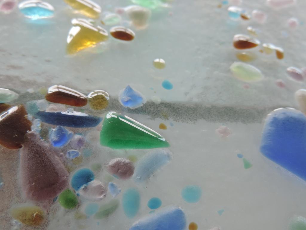 vetro con pezzi colorati fusi sulla superficie