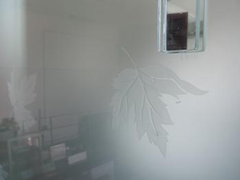vetro satinato e decorato con incisa una foglia