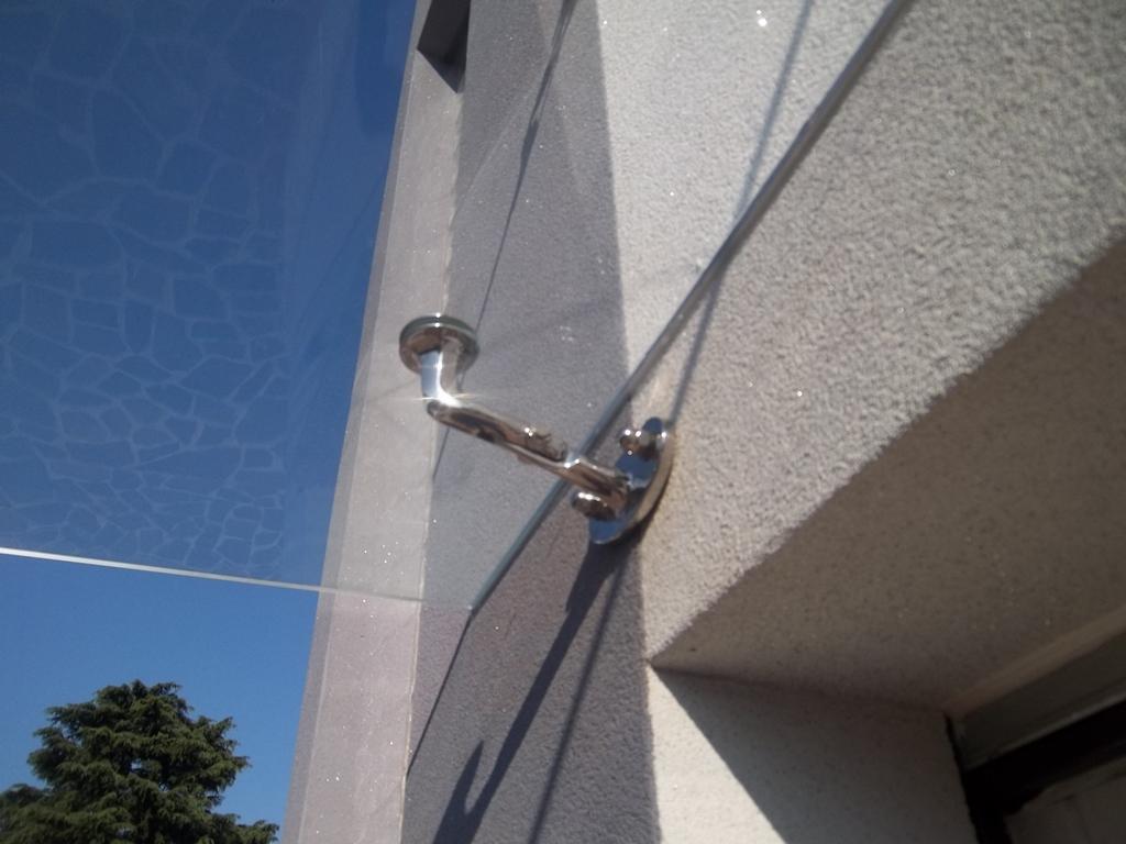 mensola in acciaio per sostenere la tettoia in vetro laminato