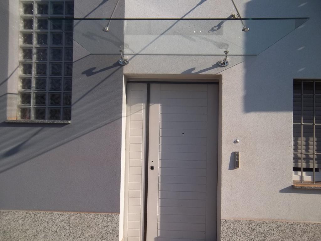 tettoia in vetro a tiranti all'ingresso