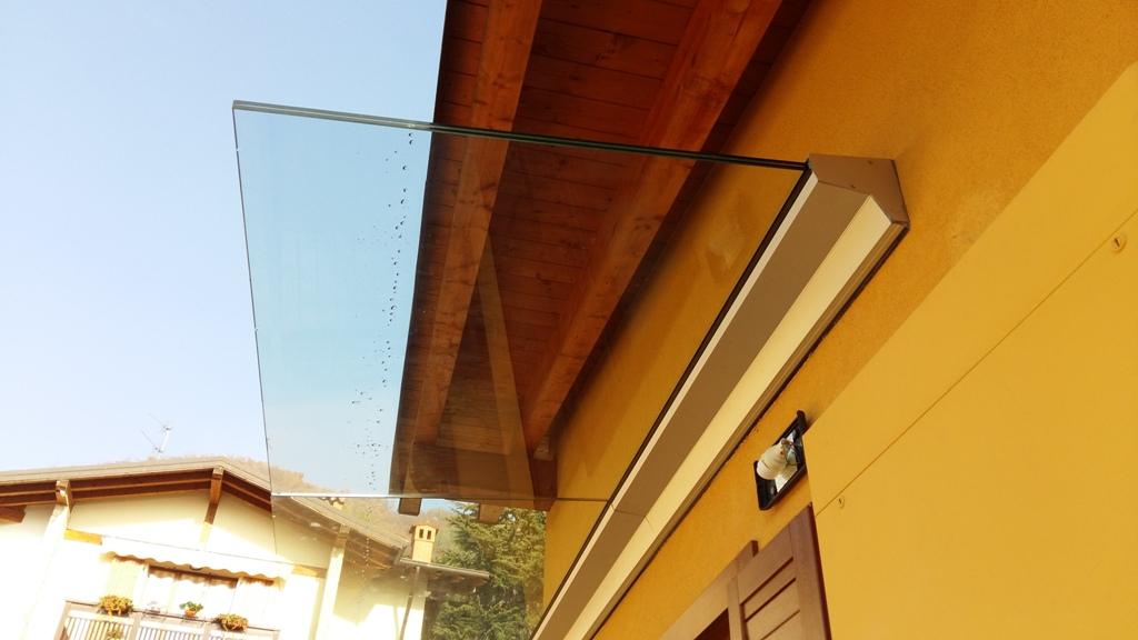 la tettoia sporge oltre il tetto e quindi protegge l'ingresso