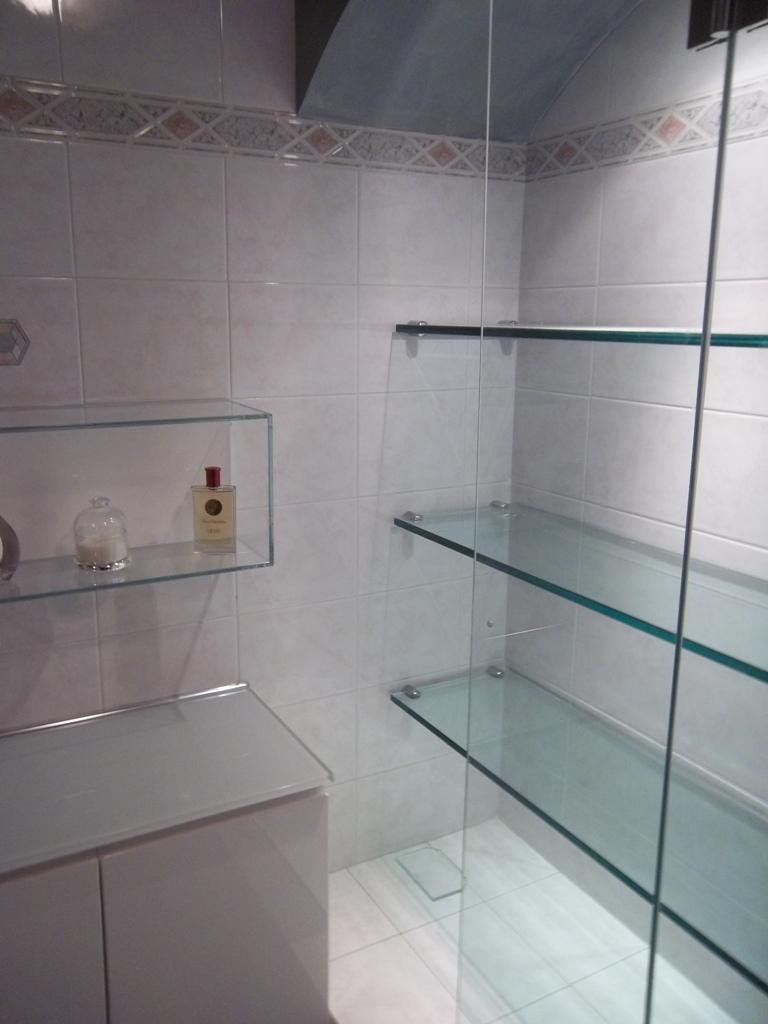 mensole in vetro fissate a muro in vetrinetta