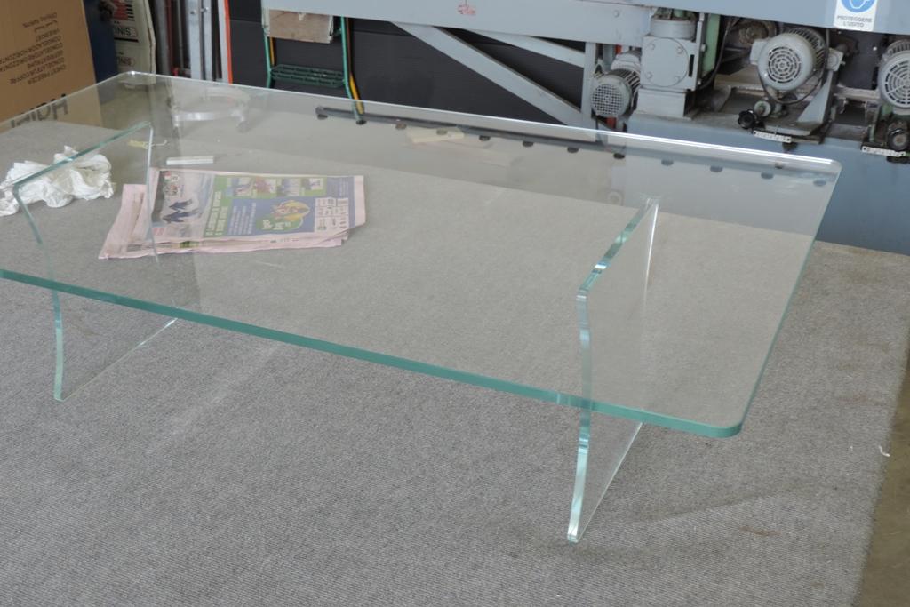 saldatura di un tavolino in vetro con i raggi Uv