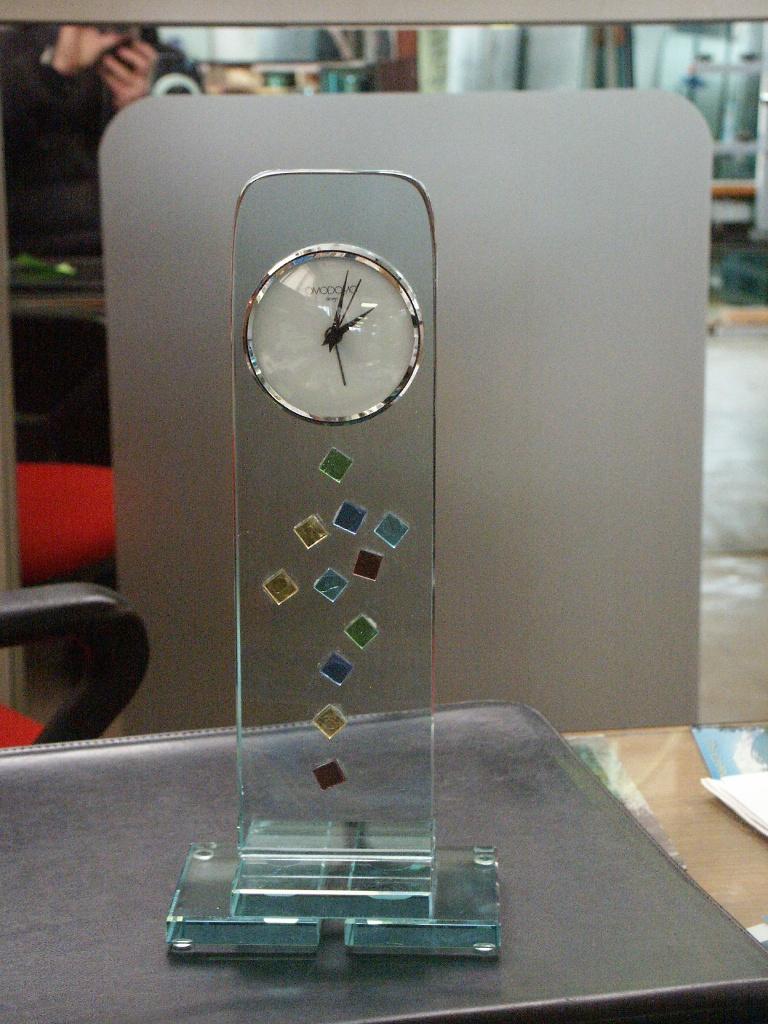 orologio su base in vetro