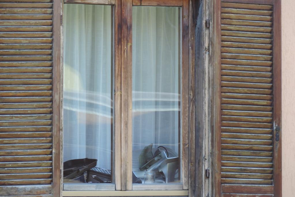 senza pensilina in vetro il degrado del serramento in legno è assicurato