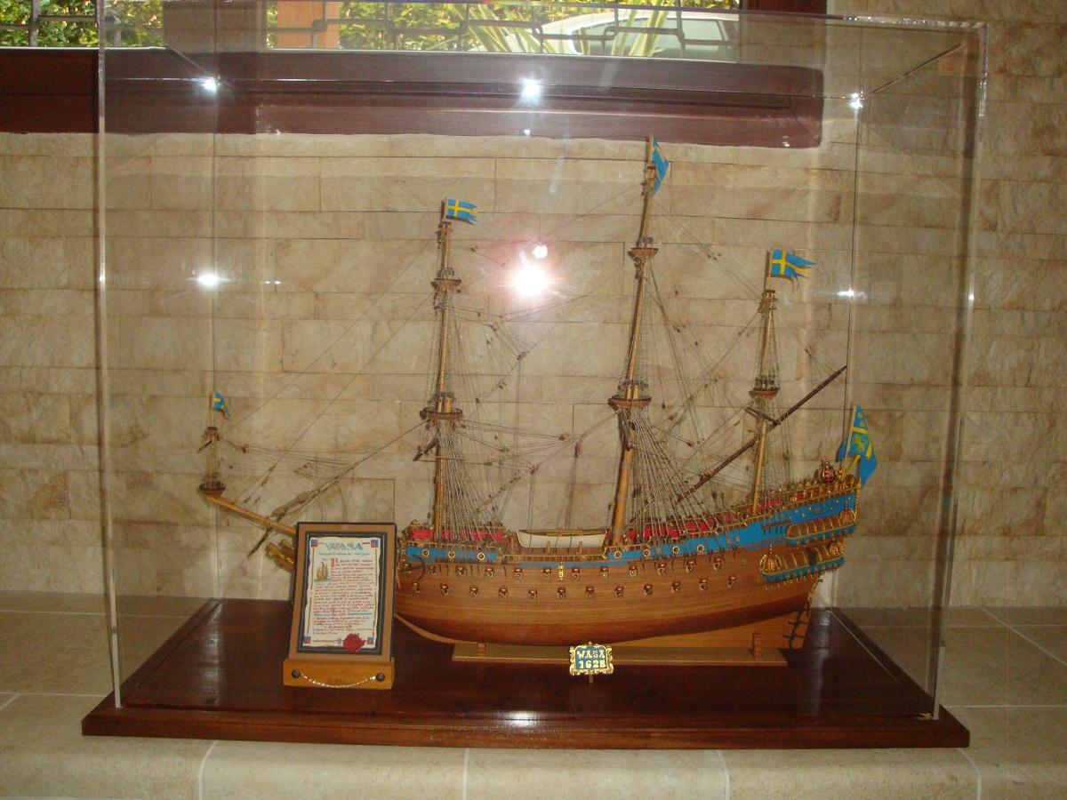 nave a vela in una teca in vetro