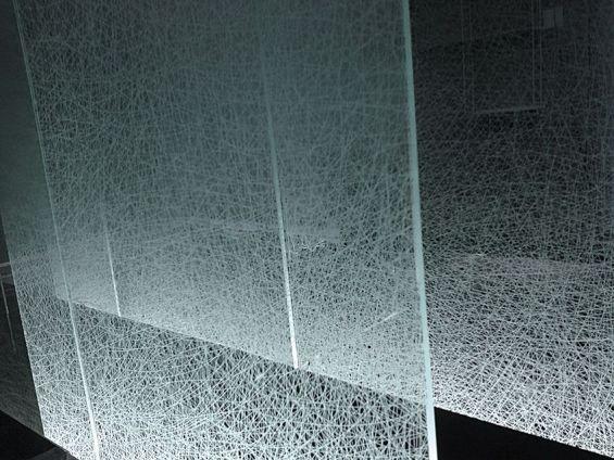 modello con disegni a filamenti incrociati del vetro satinato