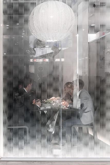 parete in vetro per dividere due locali