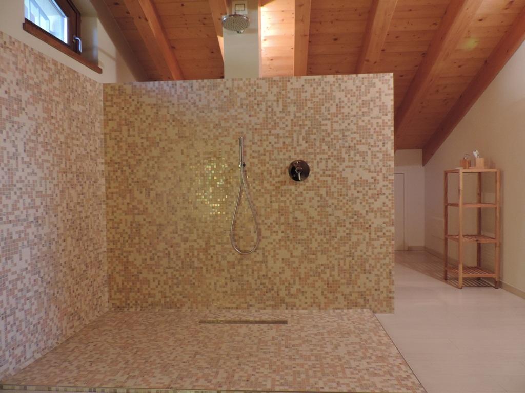 grandezza over size del box doccia da completare con i vetri