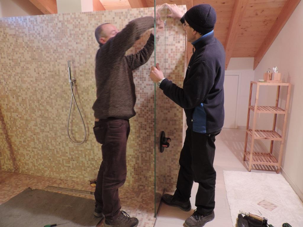 momento del fissaggio del primo vetro fisso con i morsetti avvisati nel muro