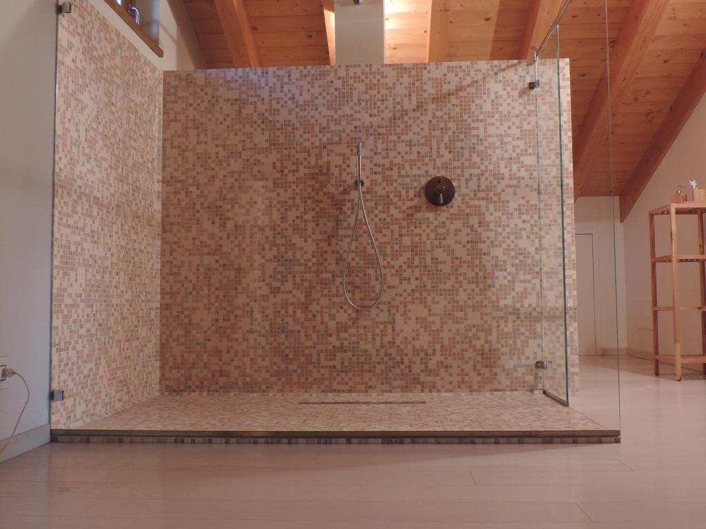 vista frontale del box doccia senza porta solo vetro fisso