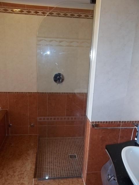 vetro fisso che prolunga la parete del box doccia