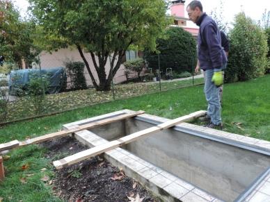 preparazione con le assi per appoggio temporaneo dei vetri pedonabili per interrato