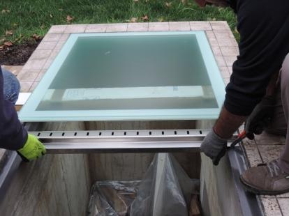 si posiziona la griglia in acciaio per arieggiare il sottostante locale e che ha la funzione anche di drenare l'acqua piovana