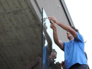 montaggio della lastra in vetro alle mensole di appoggio della tettoia