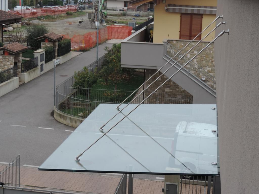 pensilina in vetro con tiranti vista da sopra