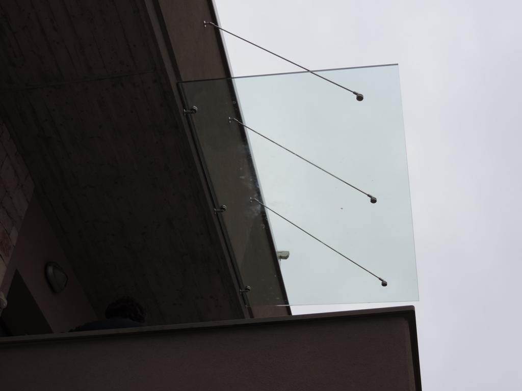 tettoia in vetro con tiranti in acciao