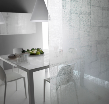 separare la cucina con una parete divisoria decorata con satinatura