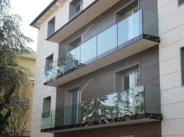 condominio con parapetti in tutto vetro