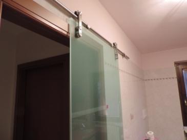 porta scorrevole esterna in vetro in sostituzione di una porta in legno