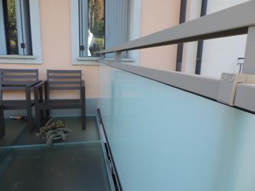 parapetto in vetro e alluminio e in un pezzo unico senza giunture