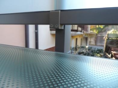 particolare del sistema vetro alluminio per ringhiere