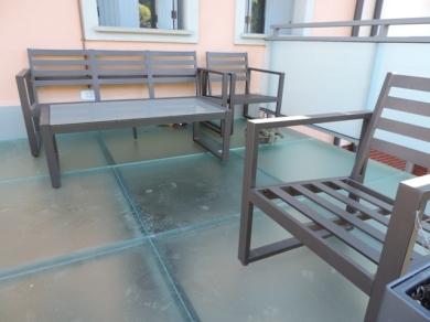 mobilii su pavimento in vetro