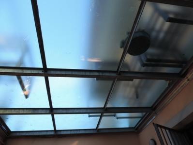 pavimento in vetro visto da sopra