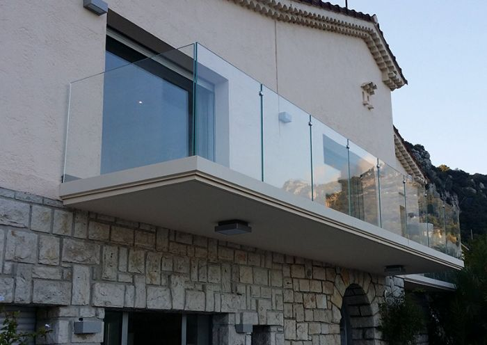 fissaggio dei vetri con profilo continuo sullo spessore del balcone