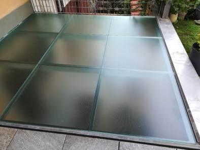pavimento in vetro  posato visto dal lato calpestabile