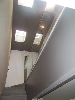 parapetto interno in vetro fissato sopra il pavimento