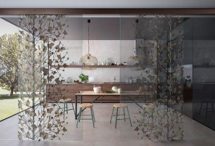 porta divisoria in vetro con decorazioni satinate e colorate