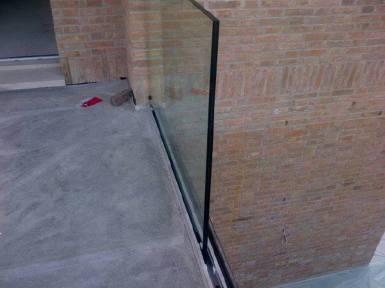 momento della posa del vetro a filo pavimento