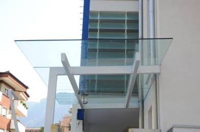 tettoia in vetro con mensola