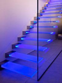 scalini e parapetto in vetro illuminati al LED.
