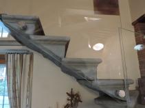 scalini antichi con balaustra in vetro