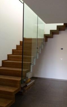 vetro che fa da parapetto alla scala e al piano