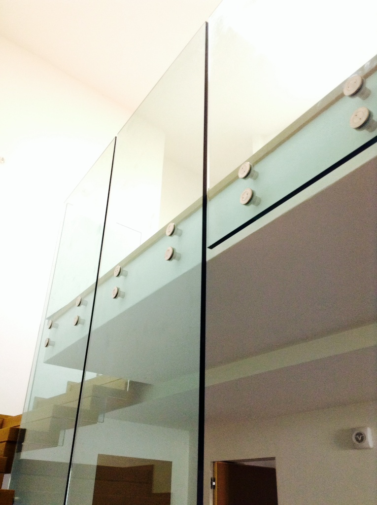 un vetro solo per scale e piano