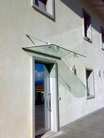 pensilina in vetro a tiranti per ingresso abitazione