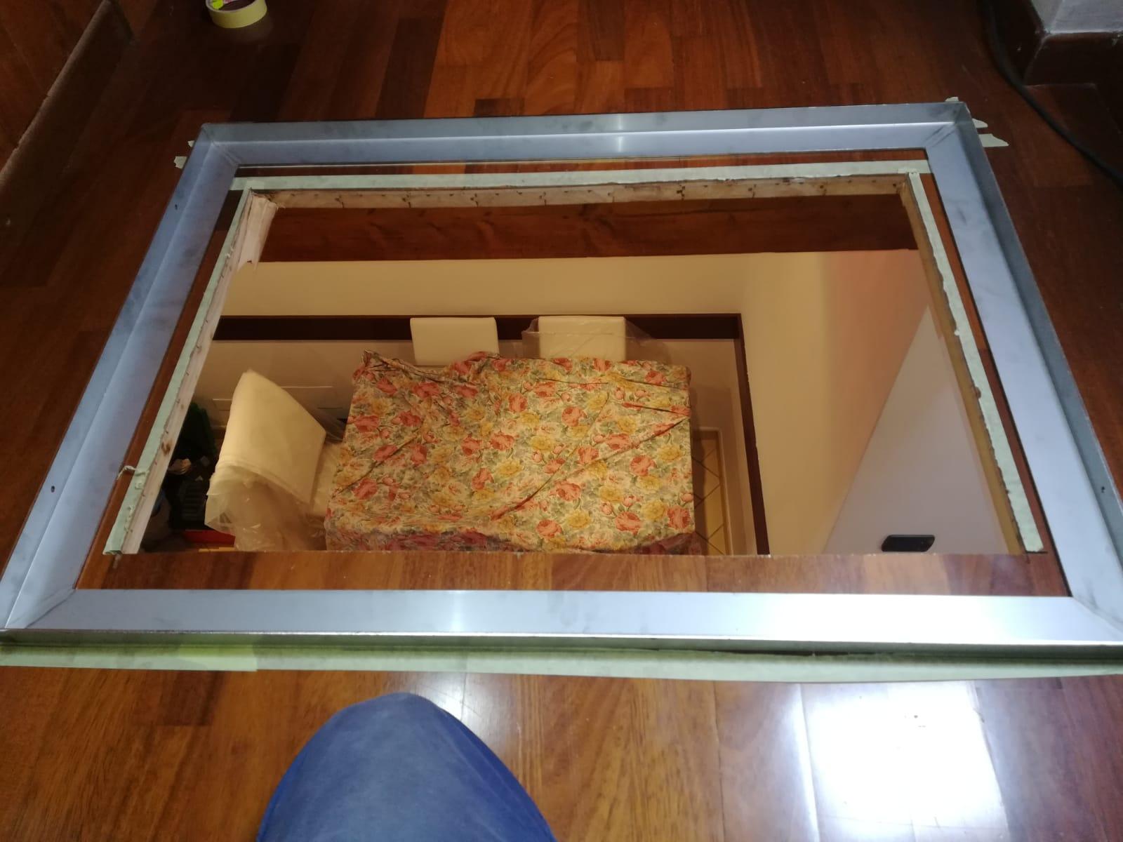 inserimento del telaio in ferro nel pavimento in legno come sede del vetro (ingrandisci)