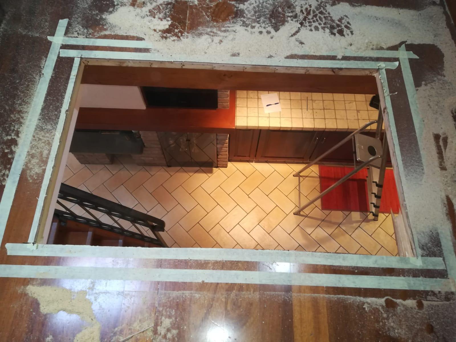 taglio del pavimento in legno del soppalco per acquisire luce dal tetto
