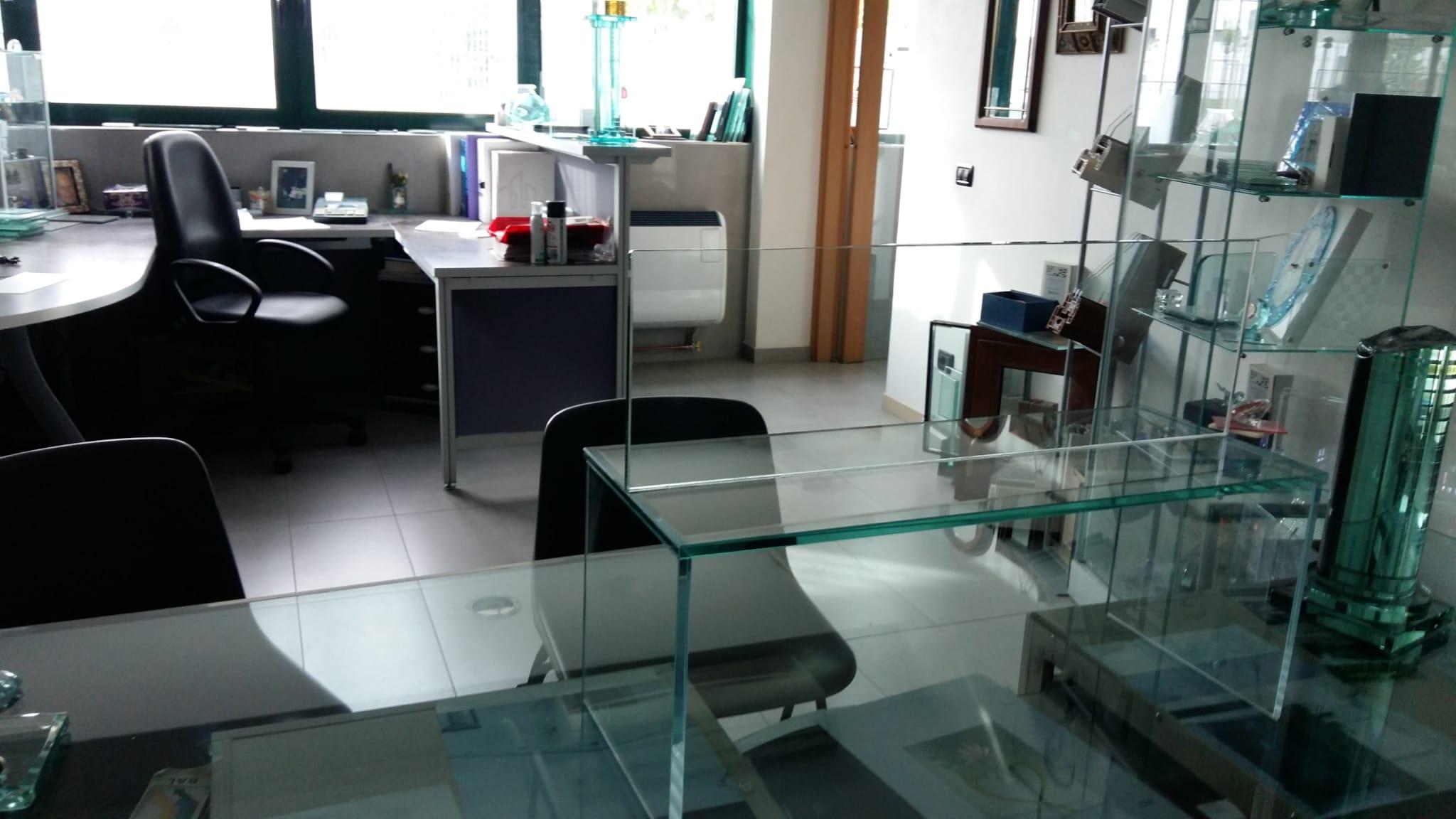 struttura in vetro extrachiaro per proteggere dagli sputi clienti e negoziante