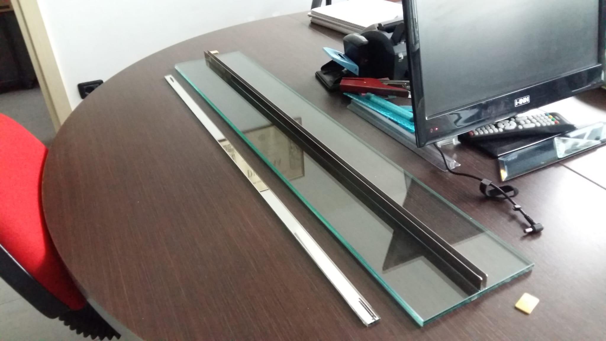 pannello di protezione da contagio in vetro e plexiglas per uffici e postazioni di lavoro o ristoranti