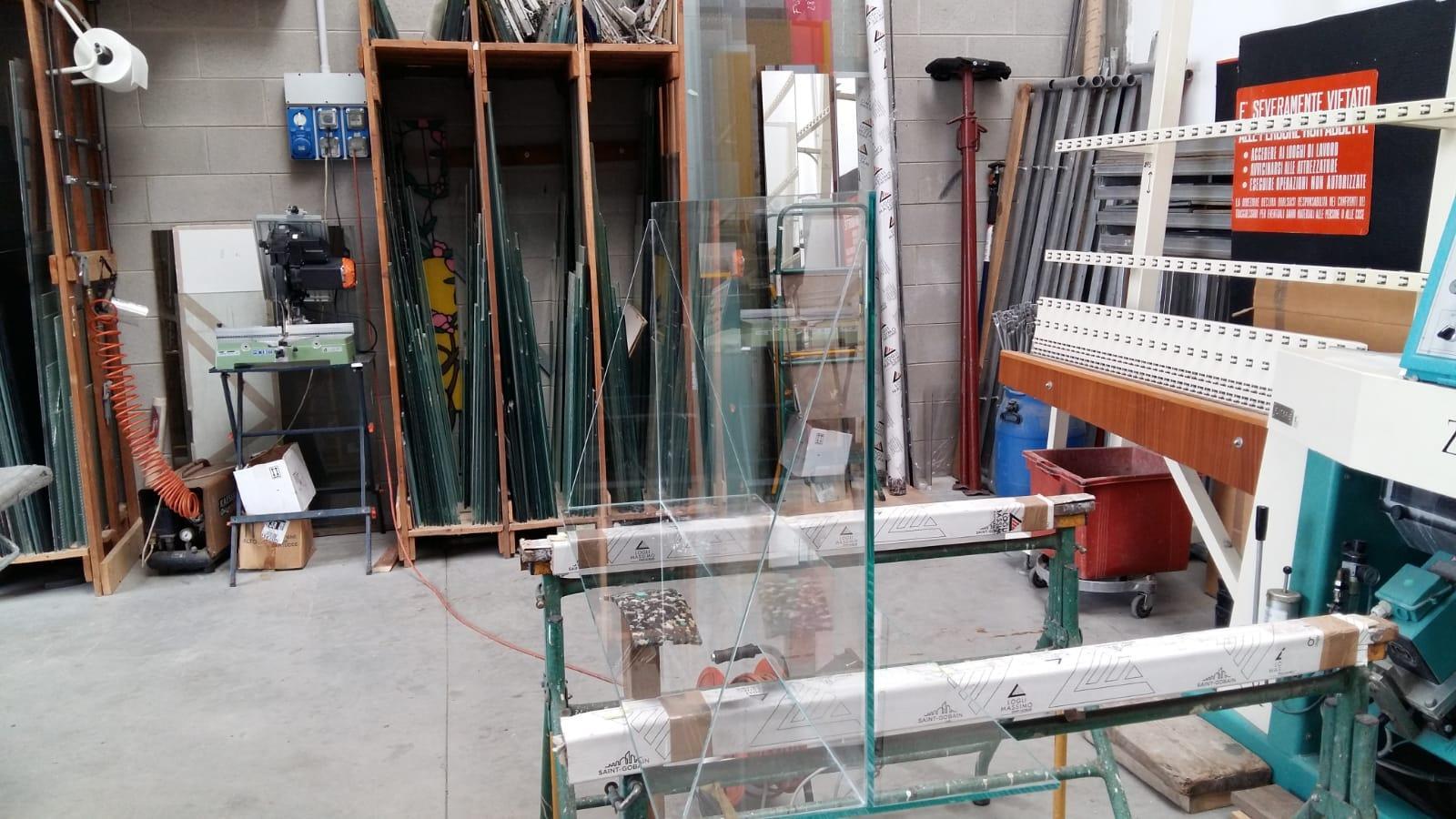 barriera antisputo in vetro in costruzione